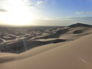 Coucher de soleil au somment de la grande dune de sable du désert de Gobi en Mongolie