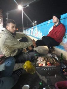 BBQ de rue à Jumujin avec un voyageur et les pécheurs du coin
